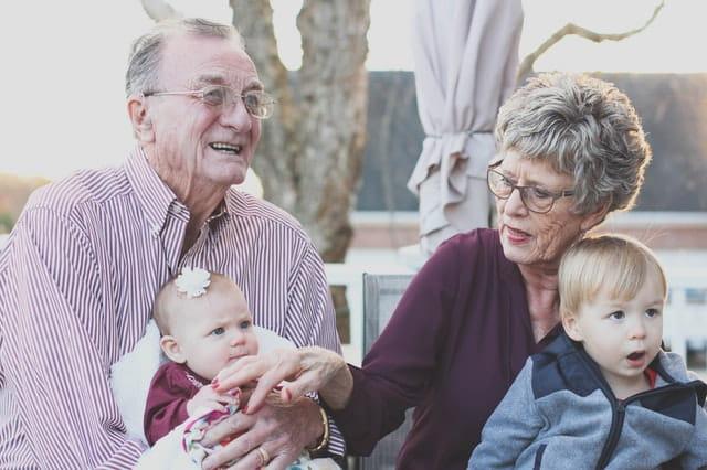 Des gradns-parents et leurs petits-enfants.