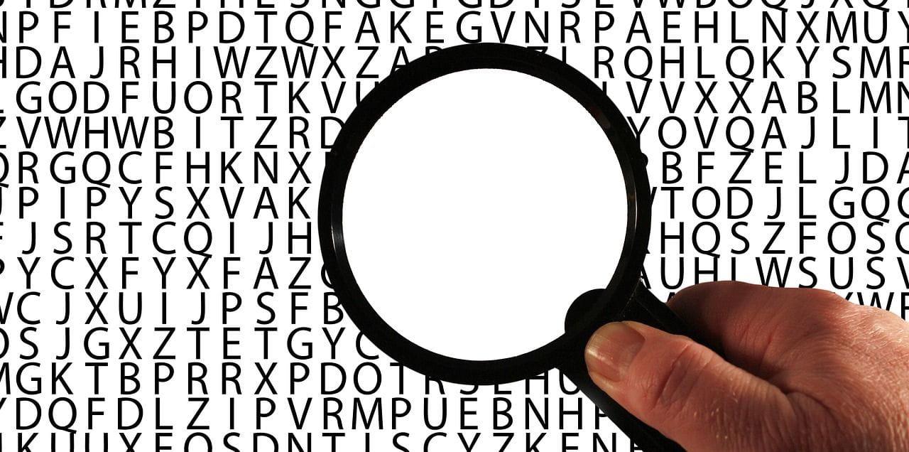 Loupe dans des lettres représentant la perte de mémoire chez les seniors atteintes de la maladie d'Alzheimer.