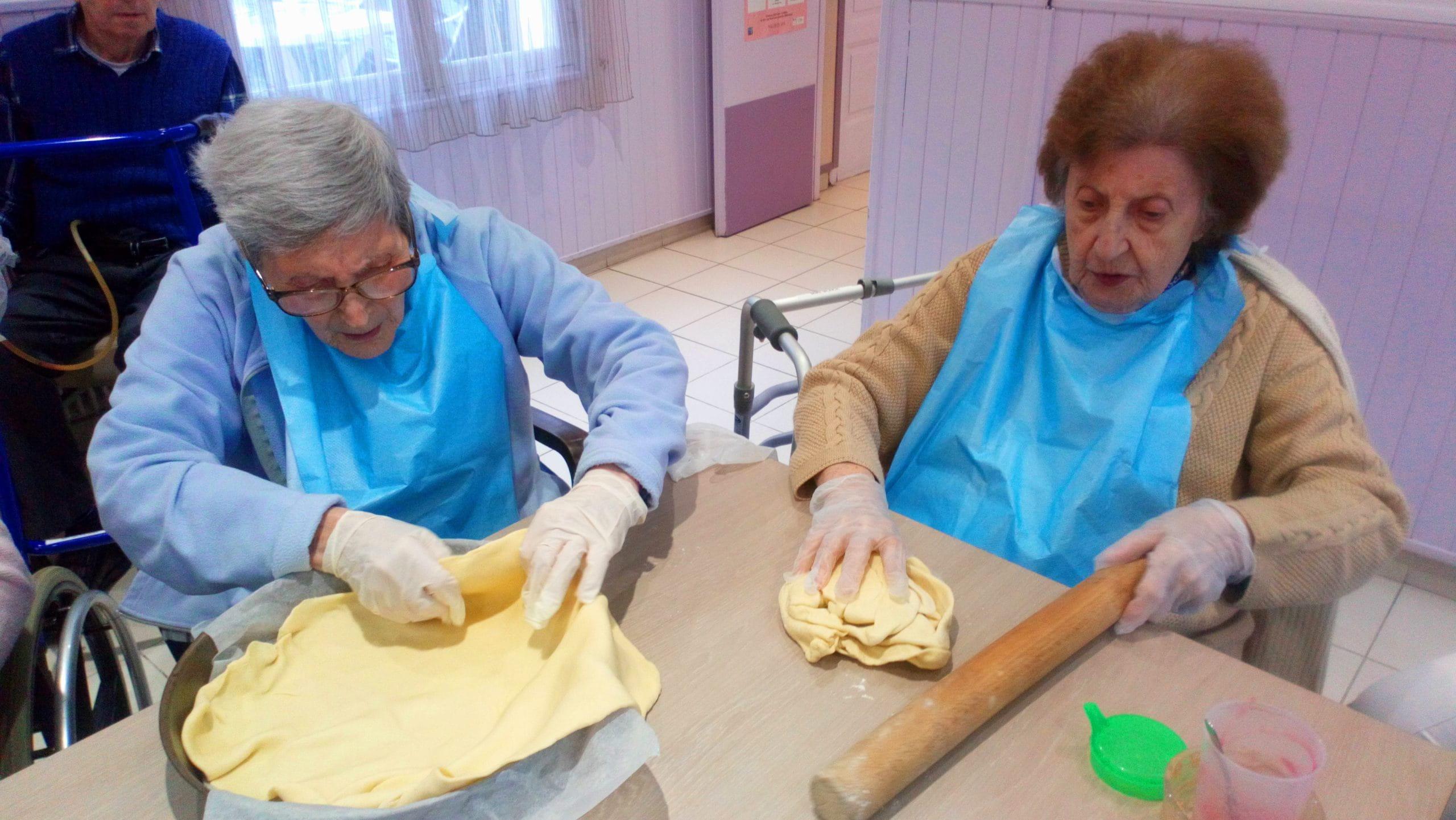 Deux résidentes de maison de retraite à l'atelier cuisine.