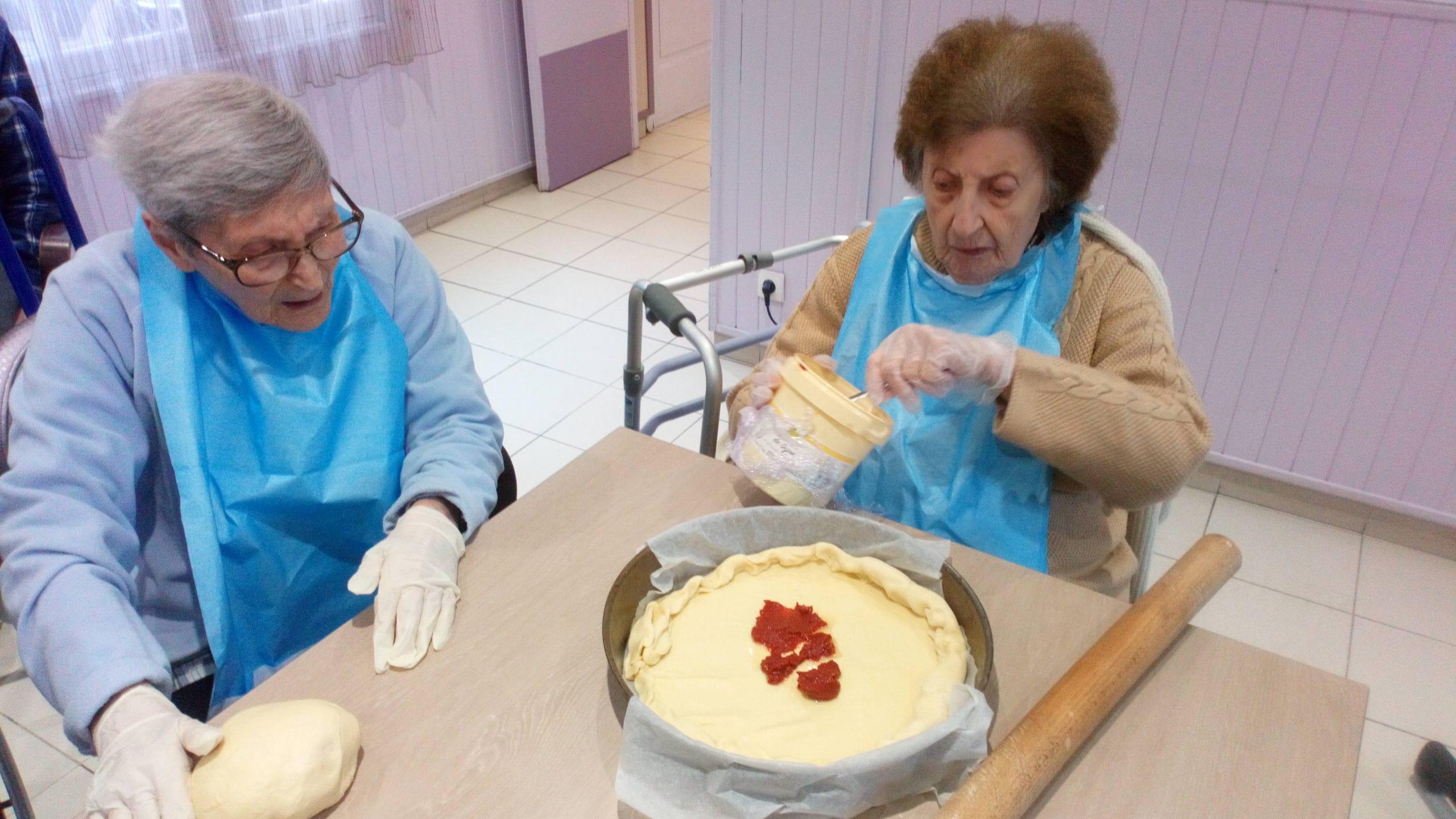 Confection d'une pizza dans la maison de retraite des Alpes-Maritimes.