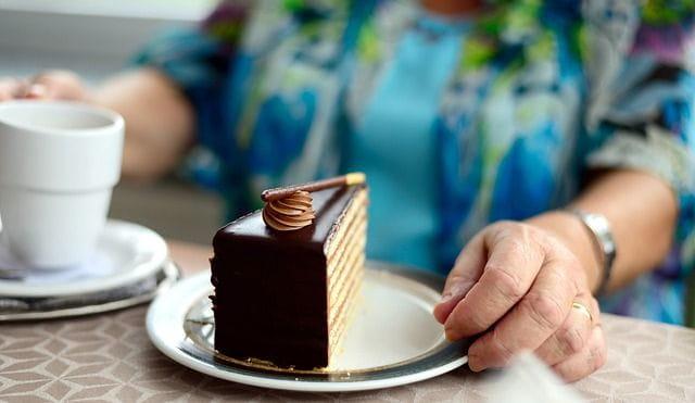 Une personne âgée mange en maison de retraite.