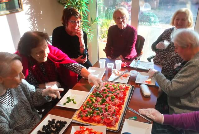 Atelier cuisine en maison de retraite.