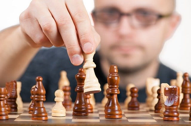 Homme qui joue aux échecs
