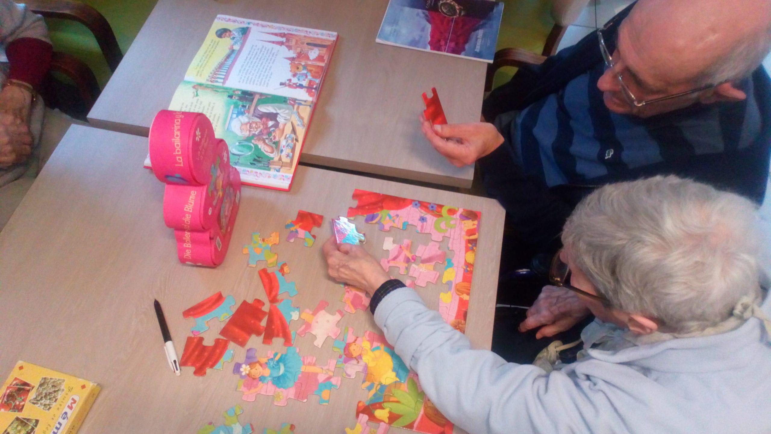 Personnes âgées résolvant un puzzle.