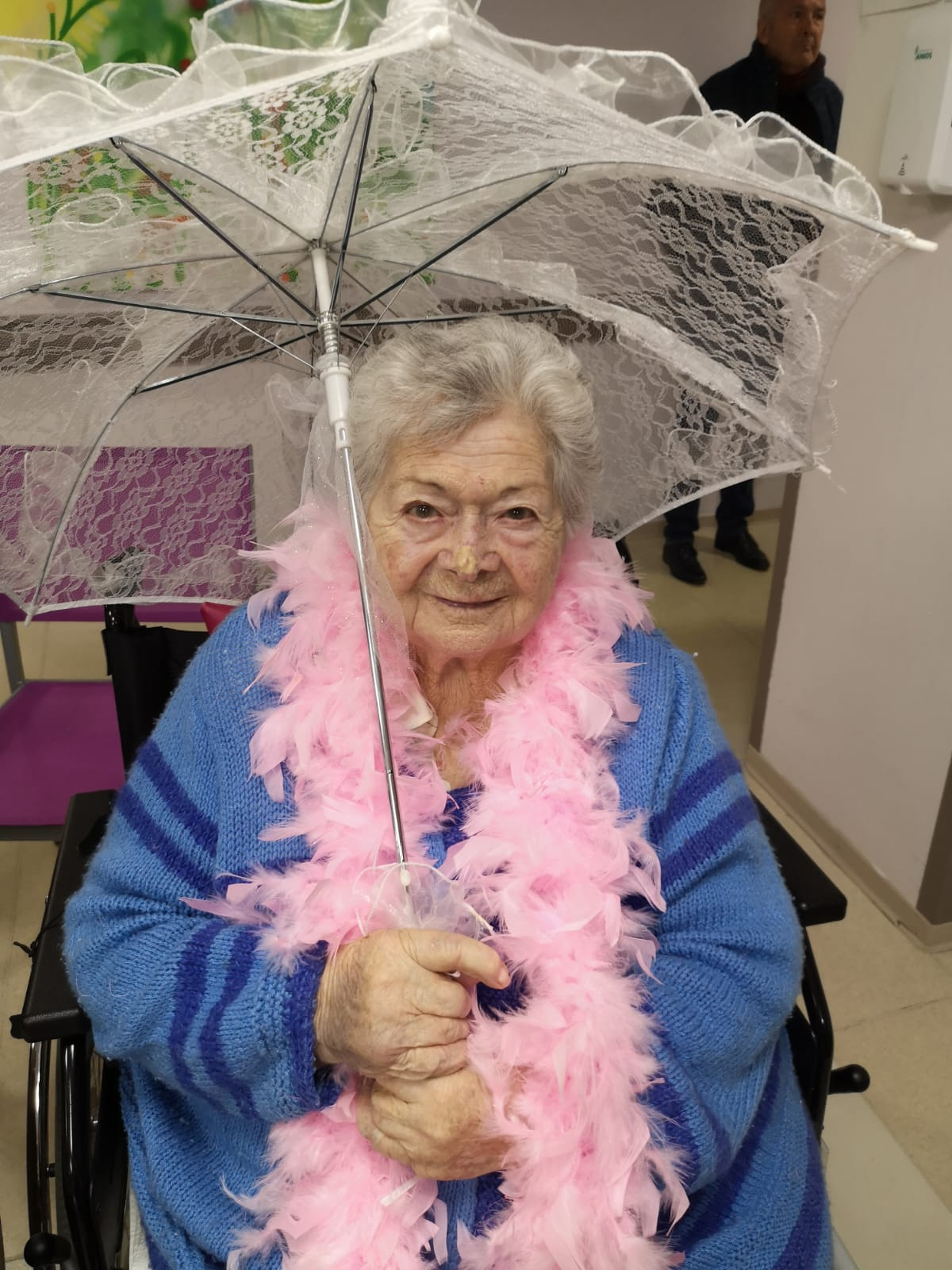 Résidente déguisée avec une écharpe en plumes roses.