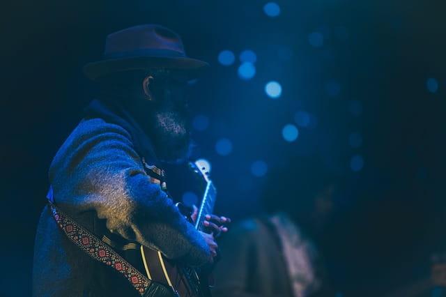 Joueur de guitare dans un noir bleuté.