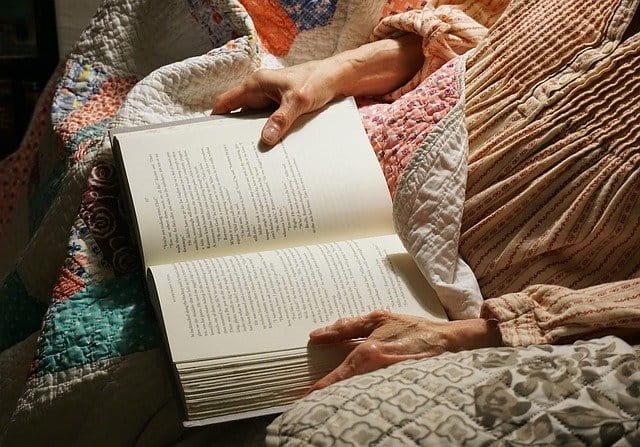 Livre et personne âgée.