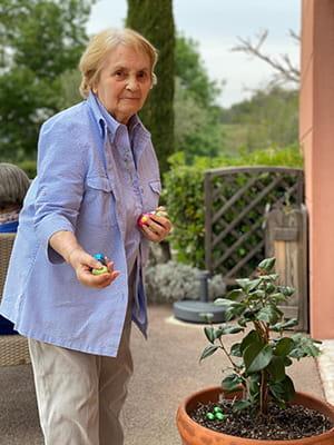 Personne âgée qui cherche des œufs en chocolat.