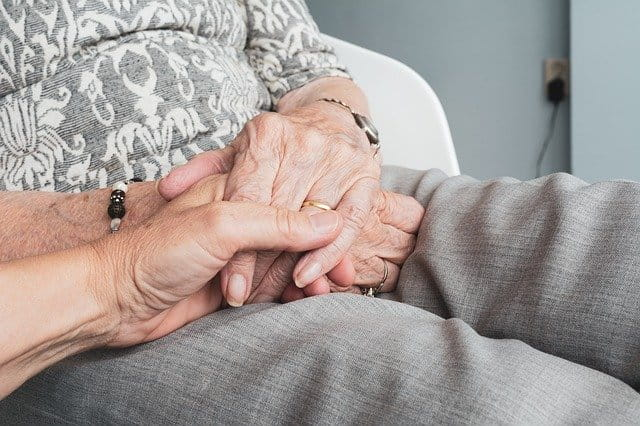 Personnes âgées qui se tiennent les mains.
