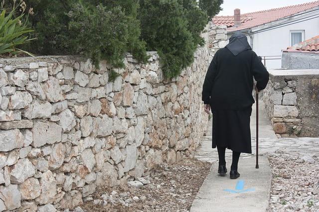 Personne âgée qui marche.
