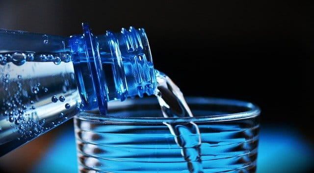 Verser de l'eau dans un verre.