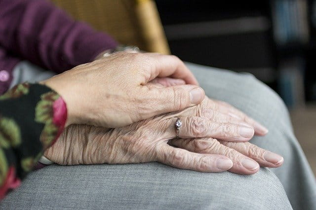 Mains de personnes âgées qui se soutiennent.