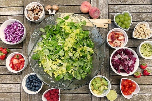 Salade et fruit pour un repas.