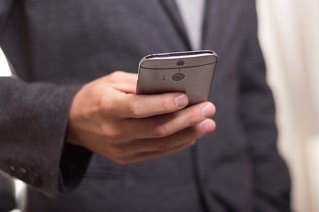 Pourquoi choisir un smartphone adapté aux seniors ?