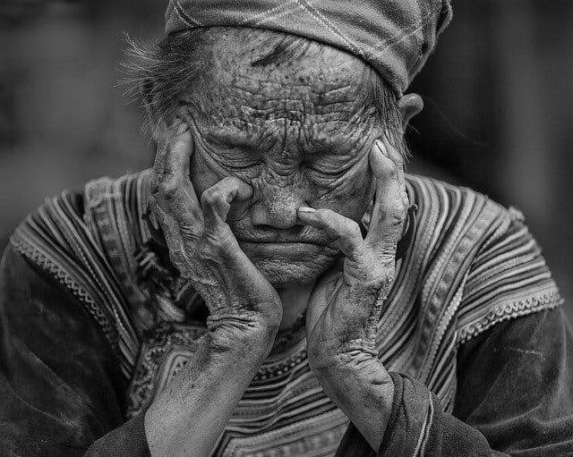 Femme âgée qui se repose