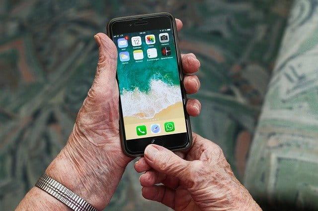 personne âgée avec un iPhone