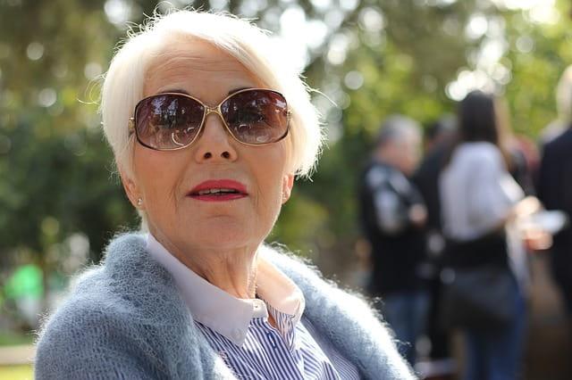Femme âgée au style affirmé.