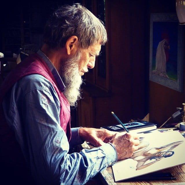 Homme âgé barbu qui peint
