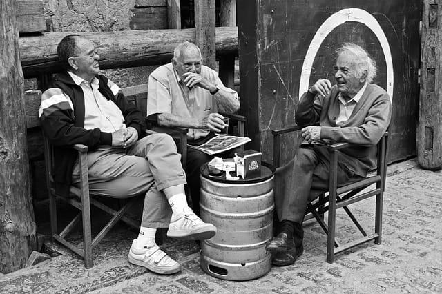 Trois personnes âgées qui rigolent ensemble.