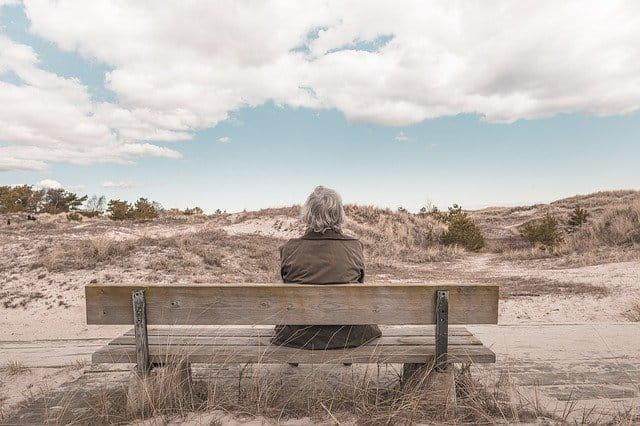 Personne âgée sur un banc.