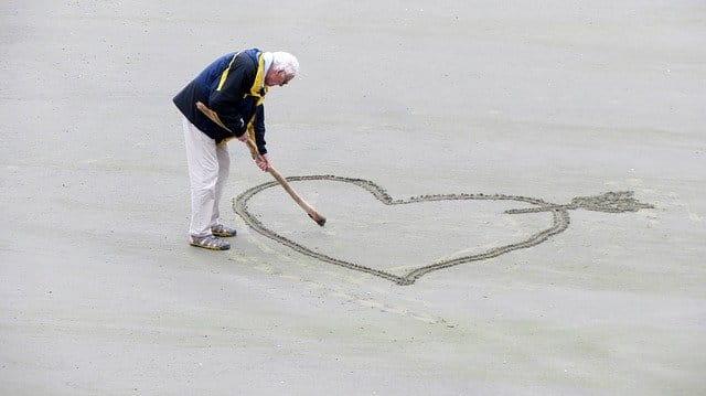Senior amoureux en maison de retraite.