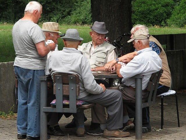 Personnes âgées jouant aux cartes.