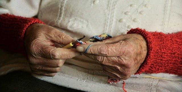 Vieille dame qui tricote.