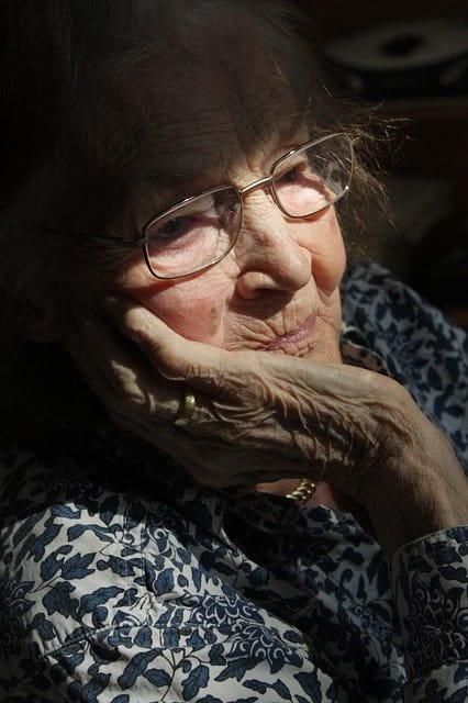 Dame âgée pensante.