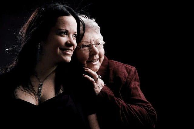 Une grand-mère et sa petite fille.