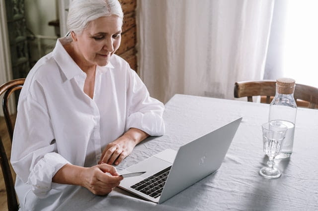 Personne âgée qui utilise un ordinateur portable.