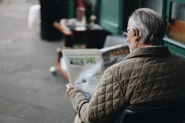 Vieil homme qui lit son journal.