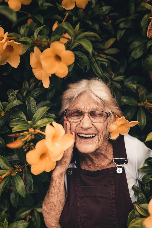 Dame âgée qui rigole.