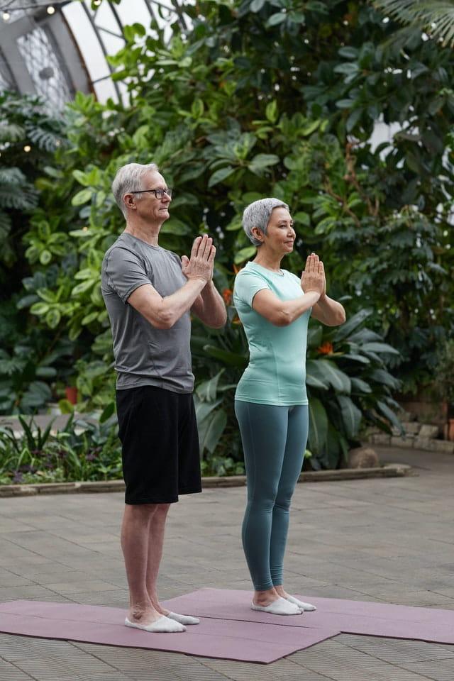 Personnes âgées faisant du yoga.