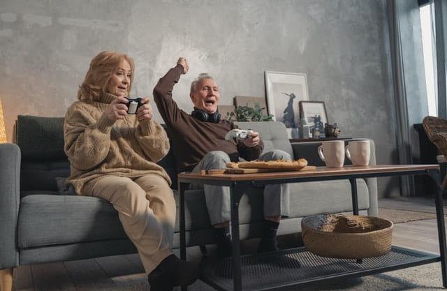 Personnes âgées jouant aux jeux vidéos.