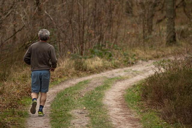 Personne âgée faisant du jogging.