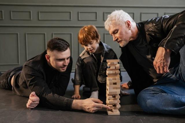 Trois personnes de génération différente jouant ensemble.