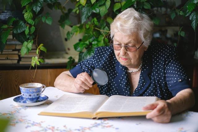 Personne âgée en train de lire.