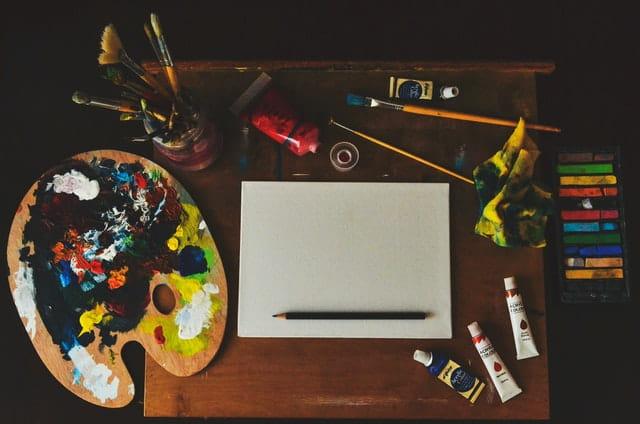 Table d'artiste et son matériel.