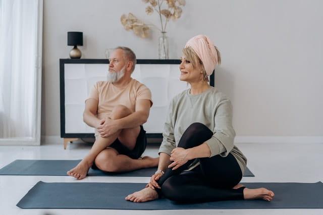 Personnes âgées faisant du Pilates