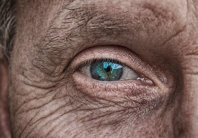 Regard de personne âgée.