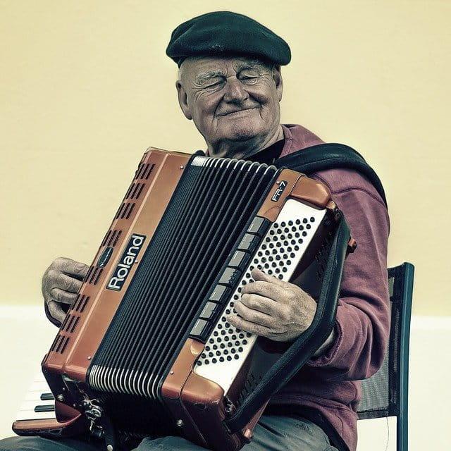 Sénior jouant de l'accordéon