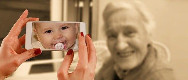 bébé et personne âgée