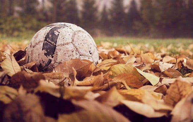 Jouer au football à la retraite.