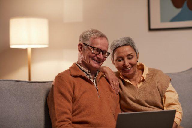 Couple de personnes âgées.